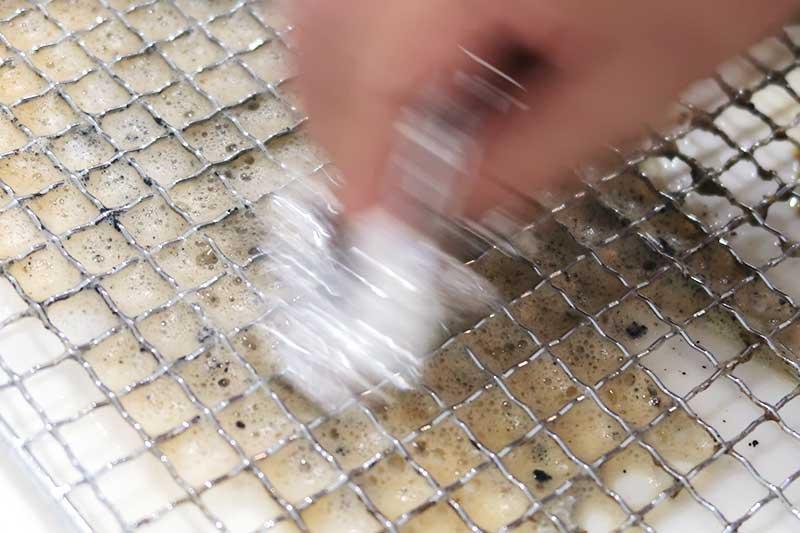 網の裏側もアルミホイルで擦る